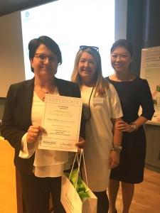 Marja Kalliola palkitaan onnistuneesta työsuorituksesta Greencosin kuvakilpailussa